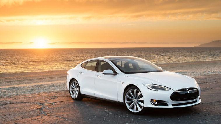Aumentare autonomia auto elettrica in estate - Tesla sulla spiaggia